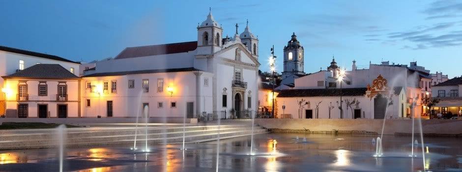 Plaza con fuentes iluminadas en algarve